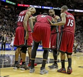 Players huddled around LeBron Finals game 1