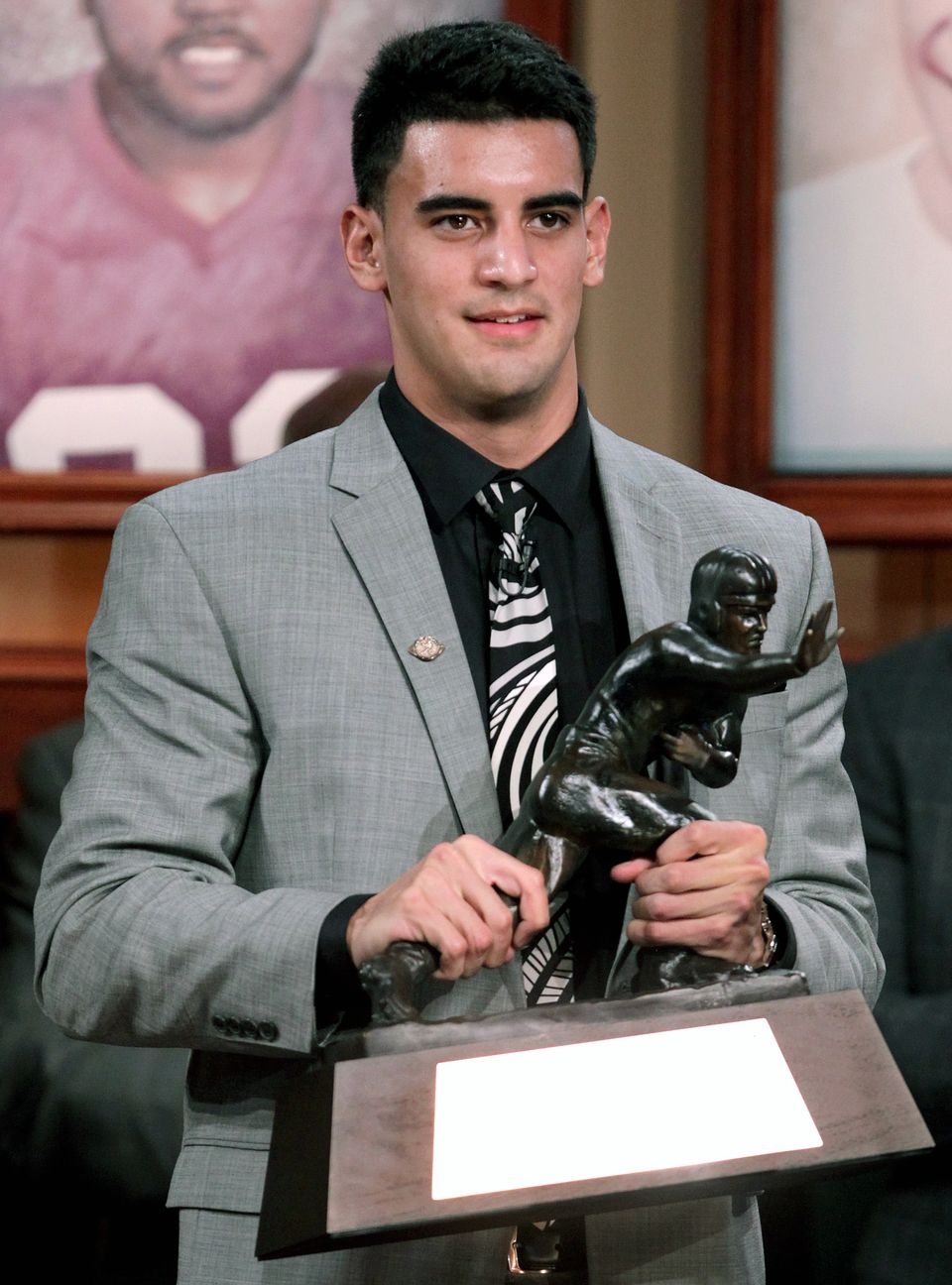Marcus mariota became the first oregon ducks player to win the heisman